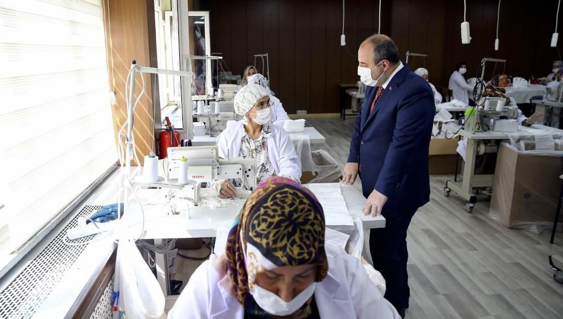 Bakan Varank Kırıkkale'deki maske üretim tesisini ziyaret etti