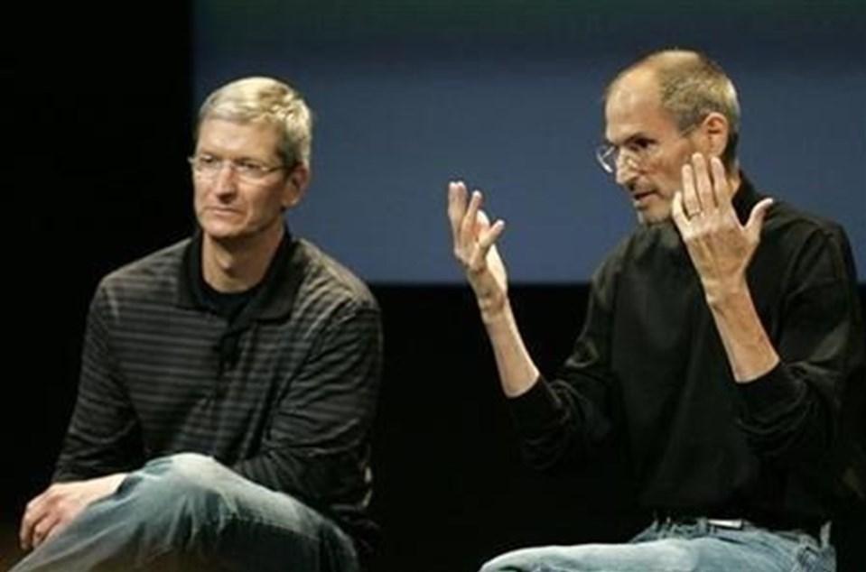 7 yıldan boyunca mücadele ettiği kansere yenik düşen Steve Jobs (sağda), 2011 yılında hayatını kaybetmiş, Apple